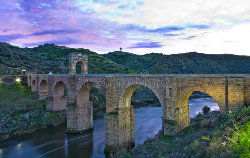 Puesta del sol romana del puente de Alcantara fotos de archivo libres de regalías