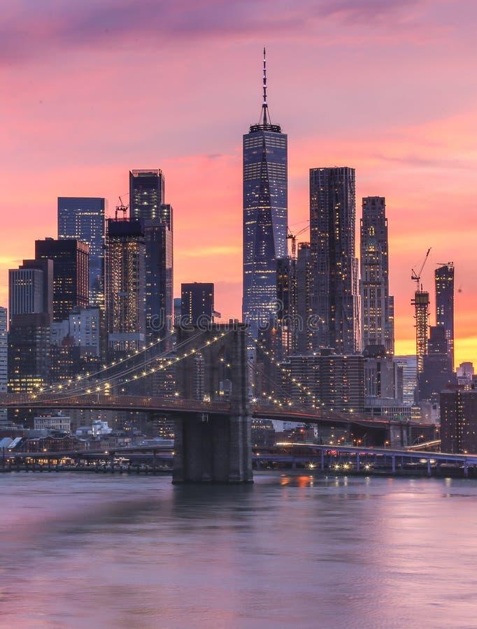 Puesta del sol rosada de New York City foto de archivo