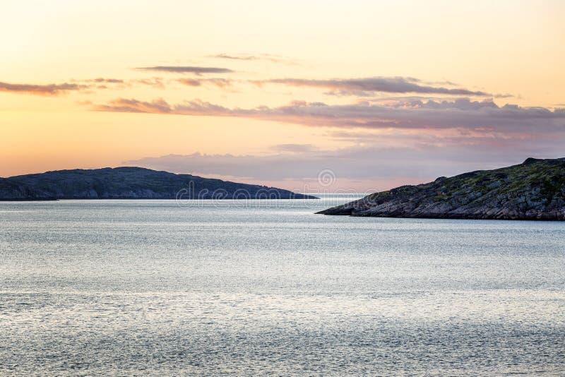 Puesta del sol rosada hermosa en el mar Naturaleza septentrional magn?fica foto de archivo libre de regalías