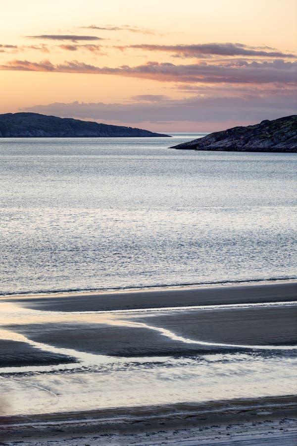 Puesta del sol rosada hermosa en el mar Naturaleza septentrional magn?fica fotos de archivo
