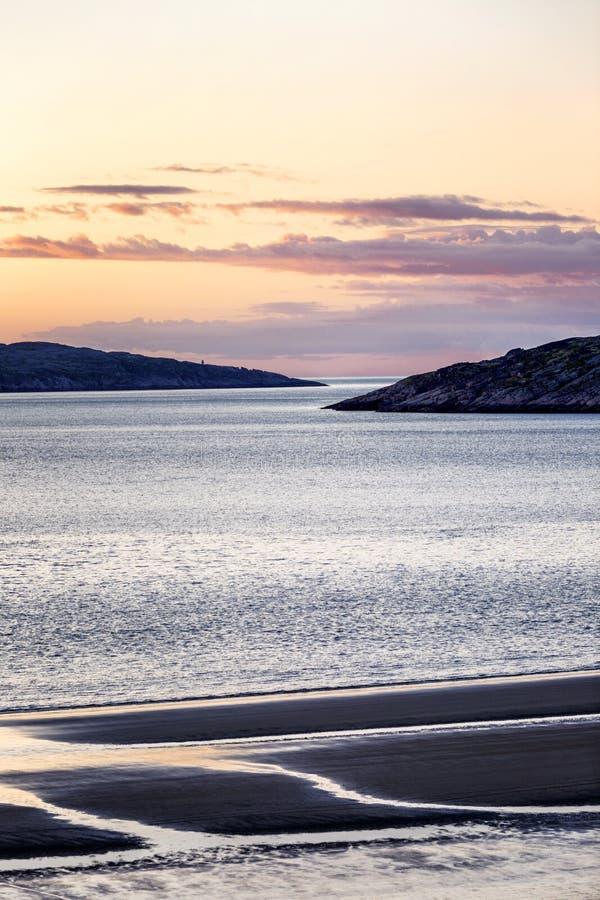 Puesta del sol rosada hermosa en el mar Naturaleza septentrional magn?fica imagenes de archivo