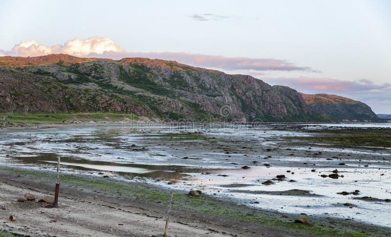 Puesta del sol rosada imponente, mar y montañas fotos de archivo libres de regalías