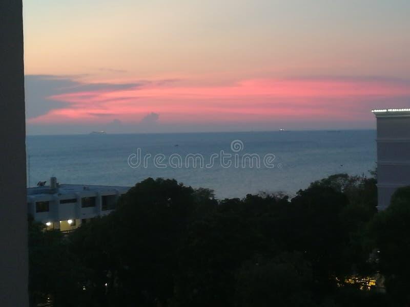 Puesta del sol rosada oscura hermosa en el mar imagen de archivo libre de regalías