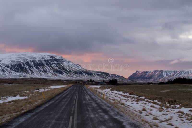 Puesta del sol rosada sobre el camino islandés foto de archivo libre de regalías