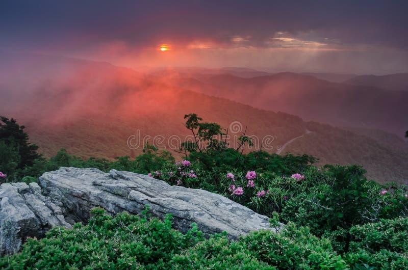 Puesta del sol rosada a través de la niebla en Jane Bald Horizontal imagenes de archivo