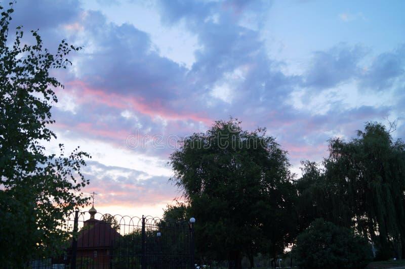 Puesta del sol Puesta del sol rosada y azul Cielo colores divinos Belleza de la naturaleza El cielo en tonos apacibles La natural imagen de archivo libre de regalías