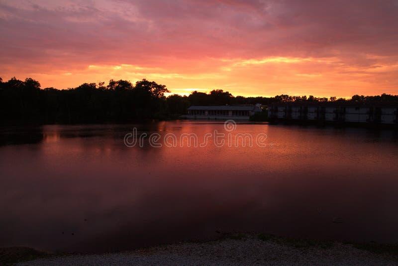 Puesta del sol rosada y púrpura hermosa sobre el río en Indiana foto de archivo