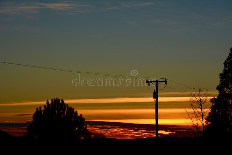 Puesta del sol rural del rancho del país vinícola con los árboles y las nubes imagen de archivo libre de regalías