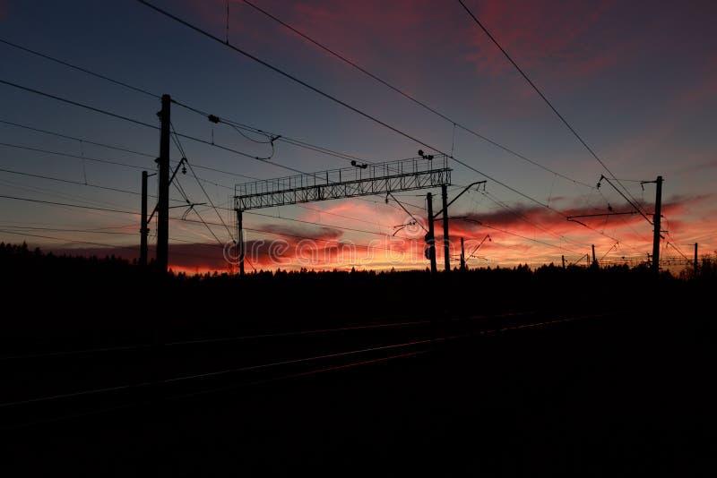 Puesta del sol sangrienta en el ferrocarril foto de archivo