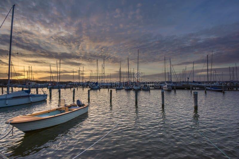 Puesta del sol según lo visto con un barco en Saltholmen, Goteburgo, Suecia 2018 imágenes de archivo libres de regalías