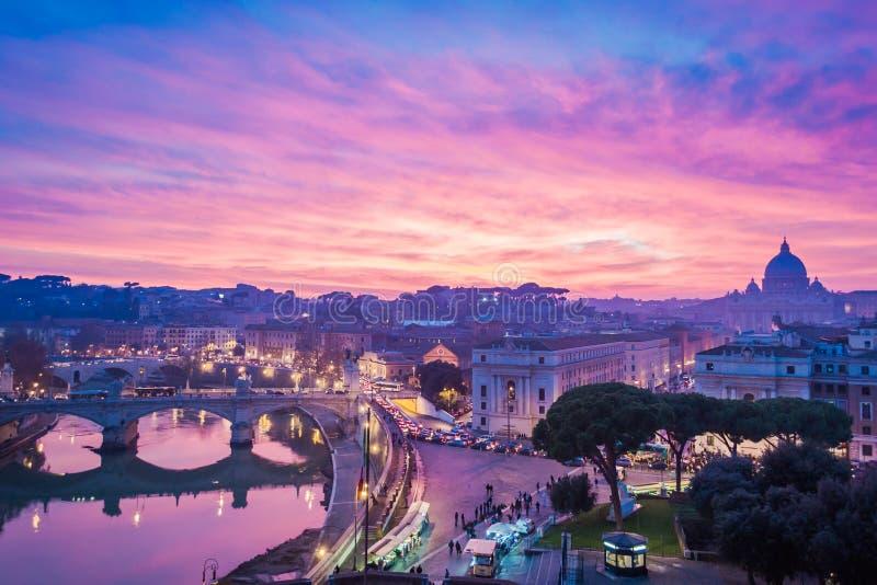 Puesta del sol soñadora en Roma con la basílica de San Pedro foto de archivo