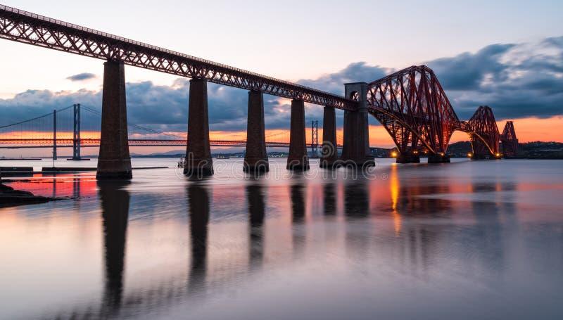 Puesta del sol sobre adelante el puente imagenes de archivo