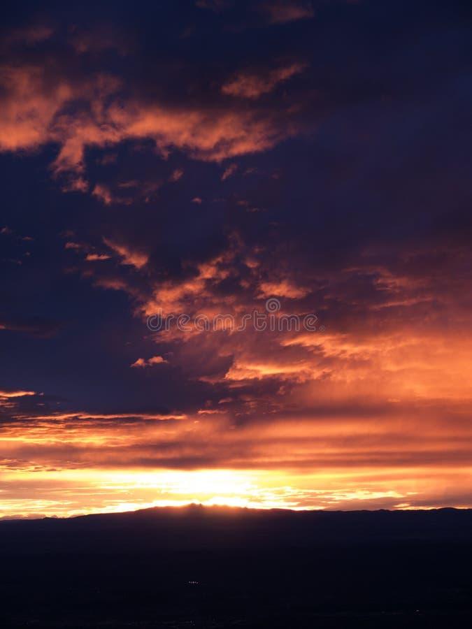 Puesta del sol sobre Albuquerque imagenes de archivo