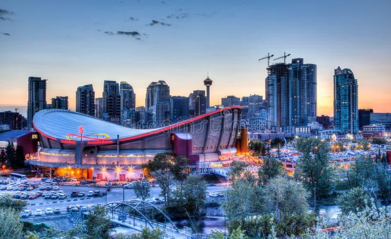 Puesta del sol sobre Calgary céntrica y Saddledome fotos de archivo libres de regalías