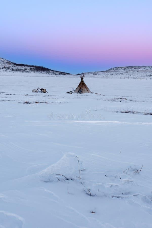 Puesta del sol sobre campo del pescador del nómada en la tundra ártica foto de archivo libre de regalías