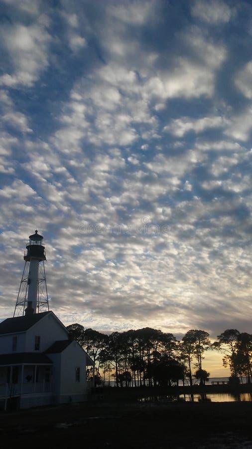 Puesta del sol sobre casa ligera imagenes de archivo