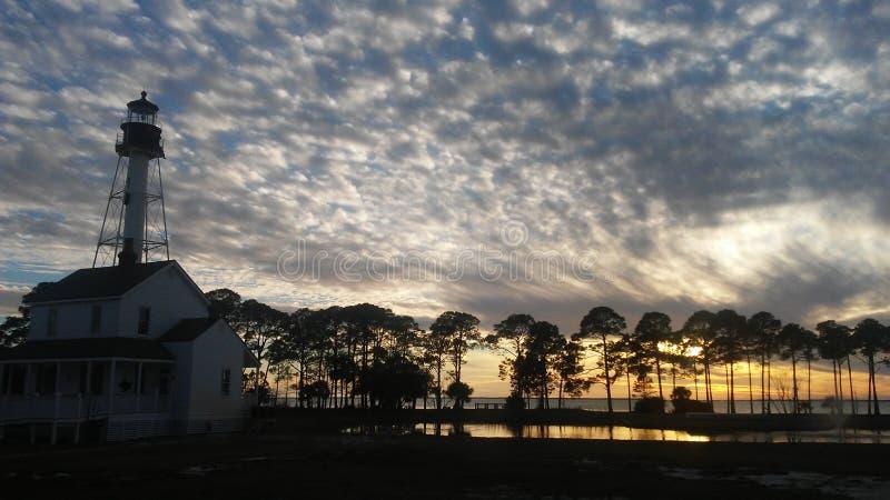 Puesta del sol sobre casa ligera foto de archivo libre de regalías