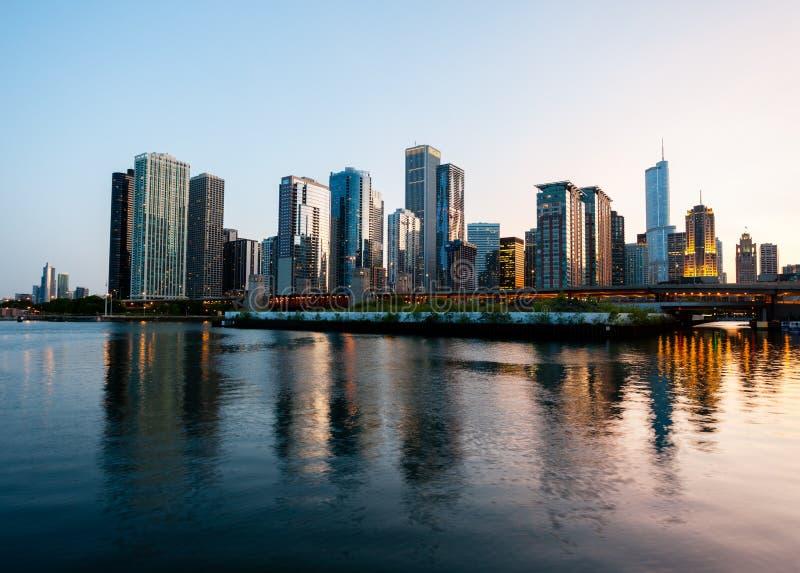 Puesta del sol sobre Chicago del embarcadero de la marina imagenes de archivo
