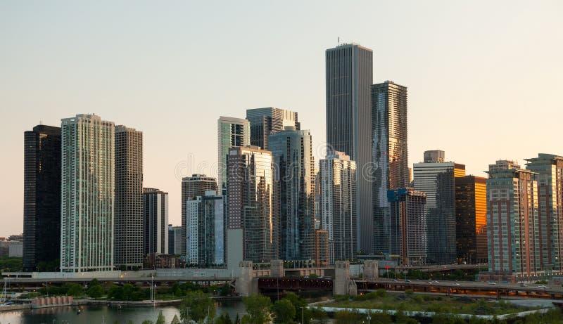Puesta del sol sobre Chicago del embarcadero de la marina fotografía de archivo libre de regalías
