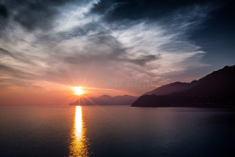 Puesta del sol sobre Cinque Terre, Liguria, Italia imagen de archivo