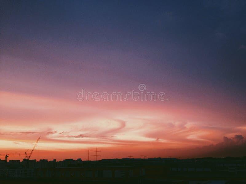 Puesta del sol sobre ciudad fotografía de archivo libre de regalías