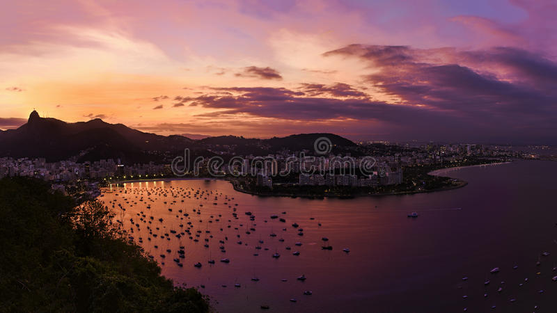 Puesta del sol sobre Copacabana fotografía de archivo