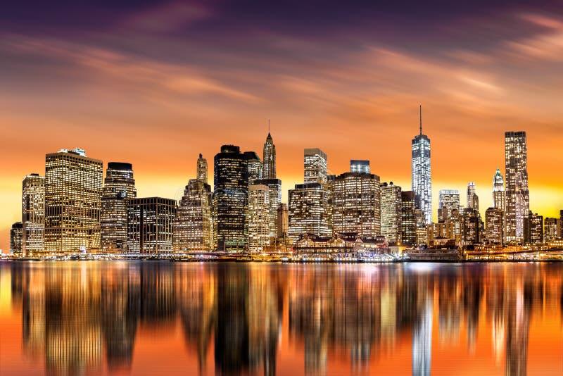 Puesta del sol sobre distrito financiero del ` s de New York City imagen de archivo libre de regalías