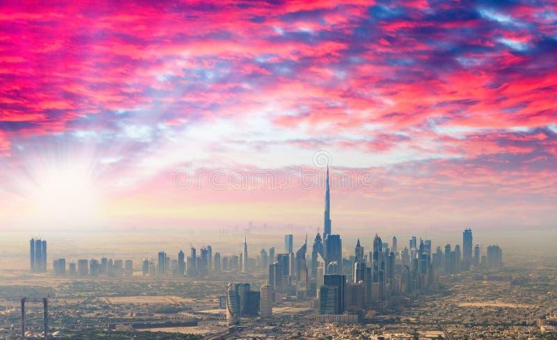 Puesta del sol sobre Dubai, horizonte aéreo foto de archivo libre de regalías