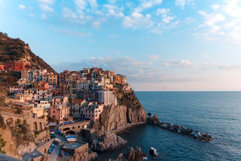 Puesta del sol sobre el acantilado de la ciudad costera Manarola, Cinque Terre, Italia fotos de archivo
