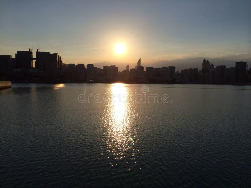 Puesta del sol sobre el agua de Abu Dhabi fotografía de archivo