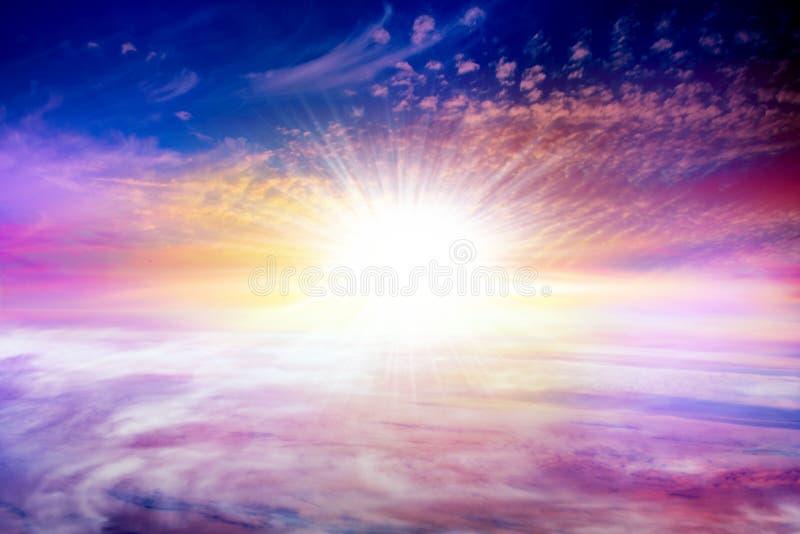 Puesta del sol sobre el camino Cielo del fondo en la puesta del sol y el amanecer imagen de archivo