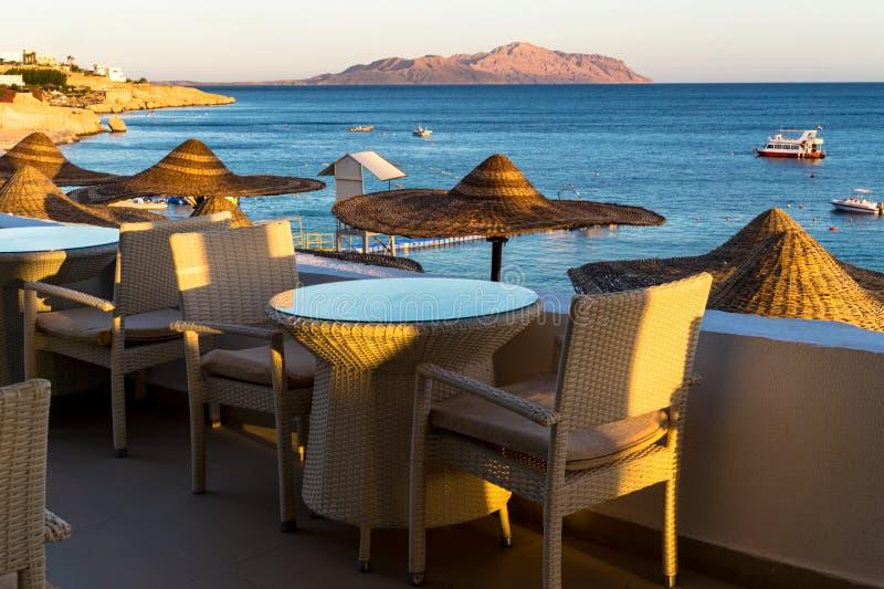 Puesta del sol sobre el centro turístico de la costa de Mar Rojo en Egipto Día de fiesta en Sharm el Sheikh imagenes de archivo