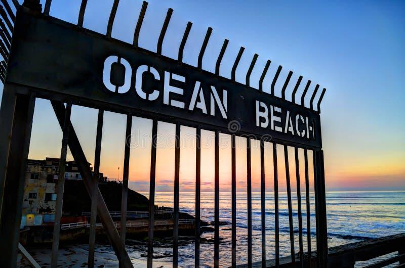 Puesta del sol sobre el embarcadero de la playa del océano cerca de San Diego, California imagen de archivo