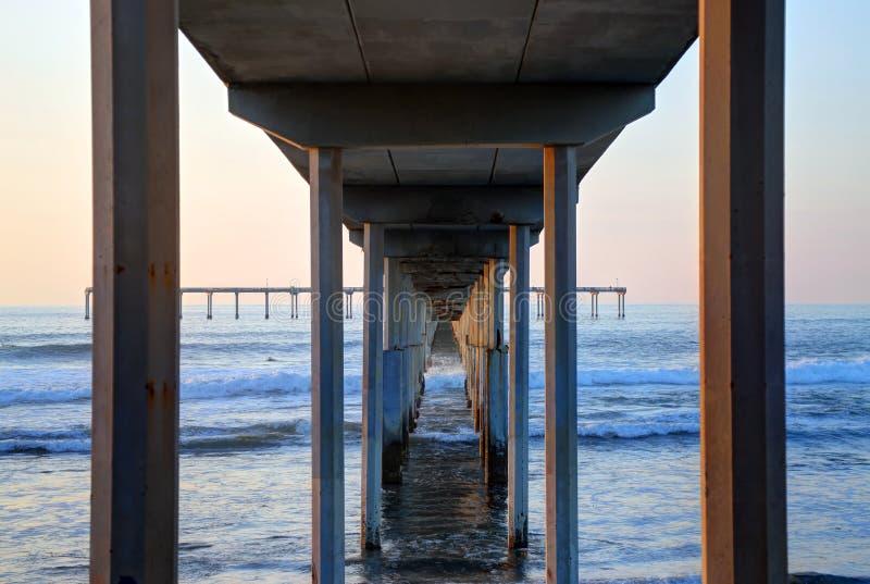 Puesta del sol sobre el embarcadero de la playa del océano cerca de San Diego, California fotos de archivo