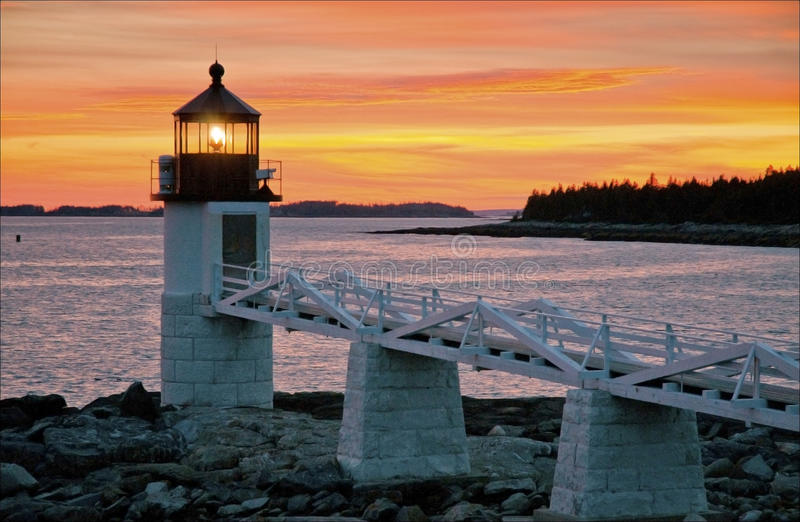 Puesta del sol sobre el faro en Maine imágenes de archivo libres de regalías