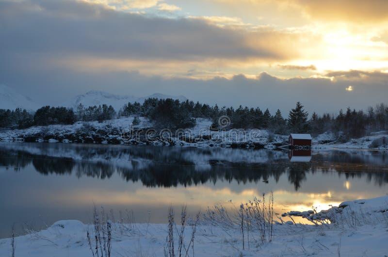 Puesta del sol sobre el fiordo imagen de archivo