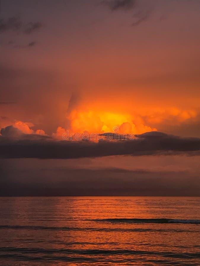 Puesta del sol sobre el golfo de M?xico fotografía de archivo