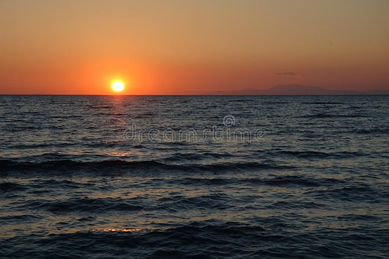 Puesta del sol sobre el golfo de Patras, Grecia fotografía de archivo