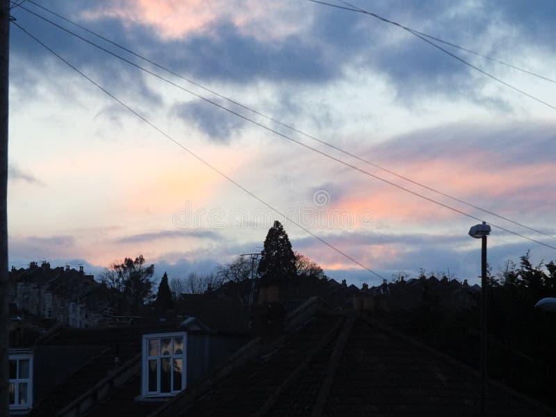 Puesta del sol sobre el horizonte, Bristol, Reino Unido imagenes de archivo