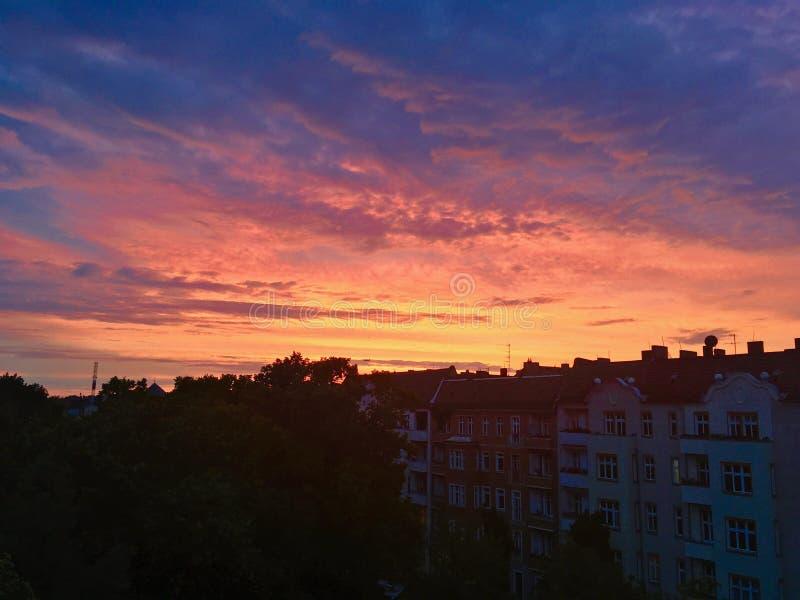 Puesta del sol sobre el horizonte de Berlín imagenes de archivo