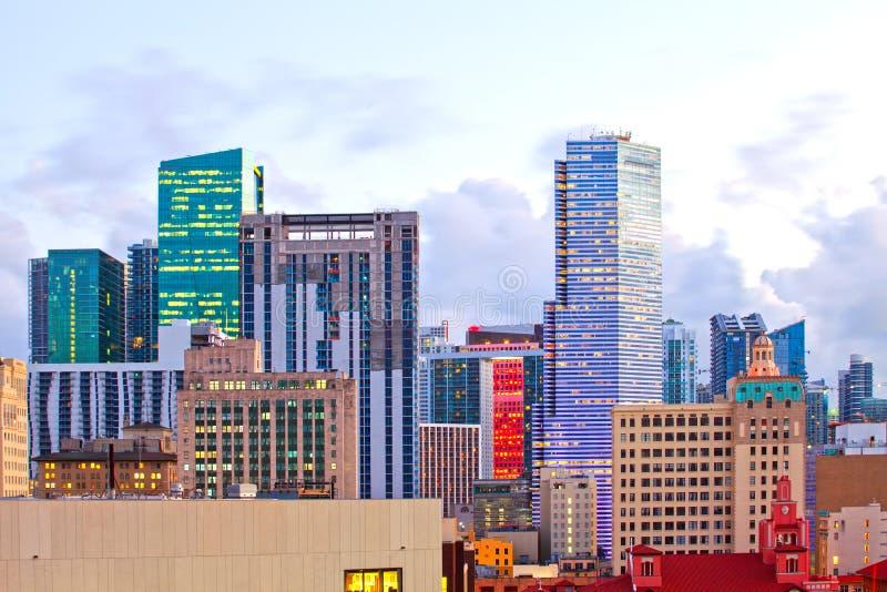 Puesta del sol sobre el horizonte de Miami la Florida con los edificios modernos iluminados imagenes de archivo