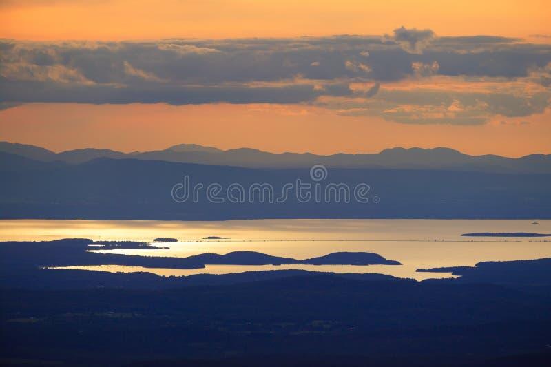 Puesta del sol sobre el lago Champlain imágenes de archivo libres de regalías