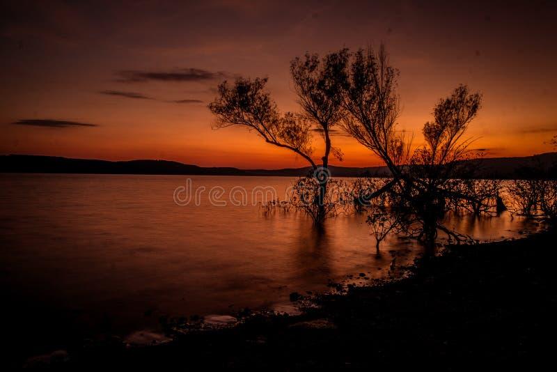 Puesta del sol sobre el lago en otoño imágenes de archivo libres de regalías