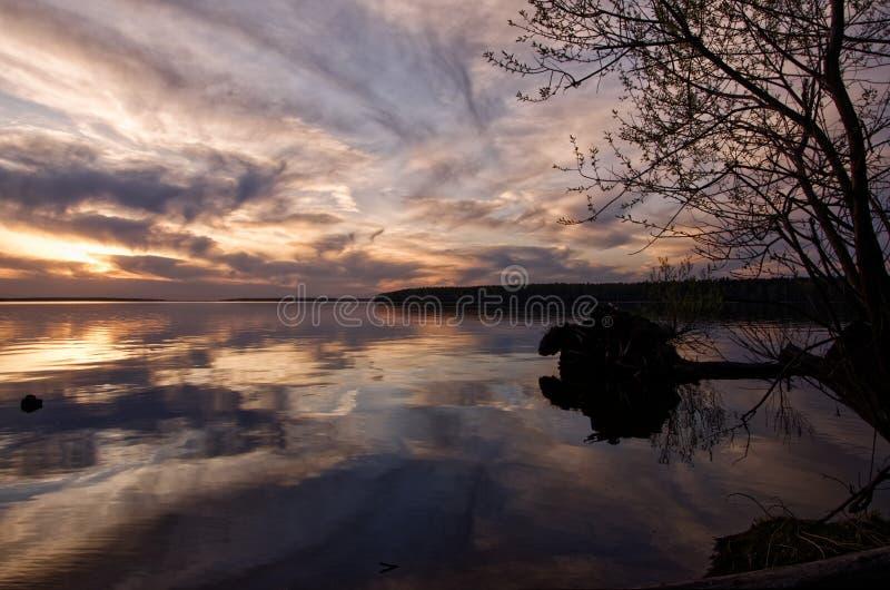 Puesta del sol sobre el lago grande fotografía de archivo