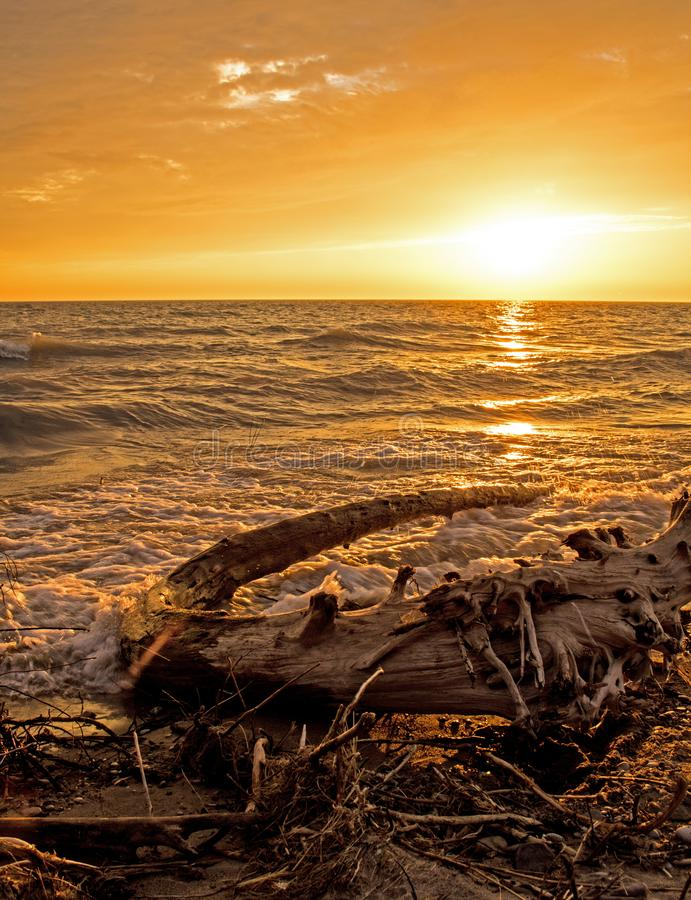 Puesta del sol sobre el lago Hurón en las granjas en Ontario, Canadá del punto imagenes de archivo