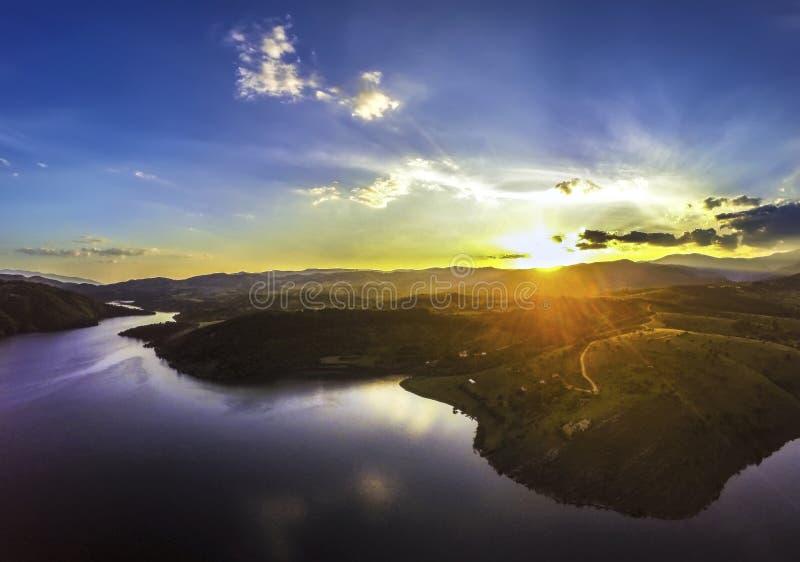 Puesta del sol sobre el lago Kalimanci foto de archivo