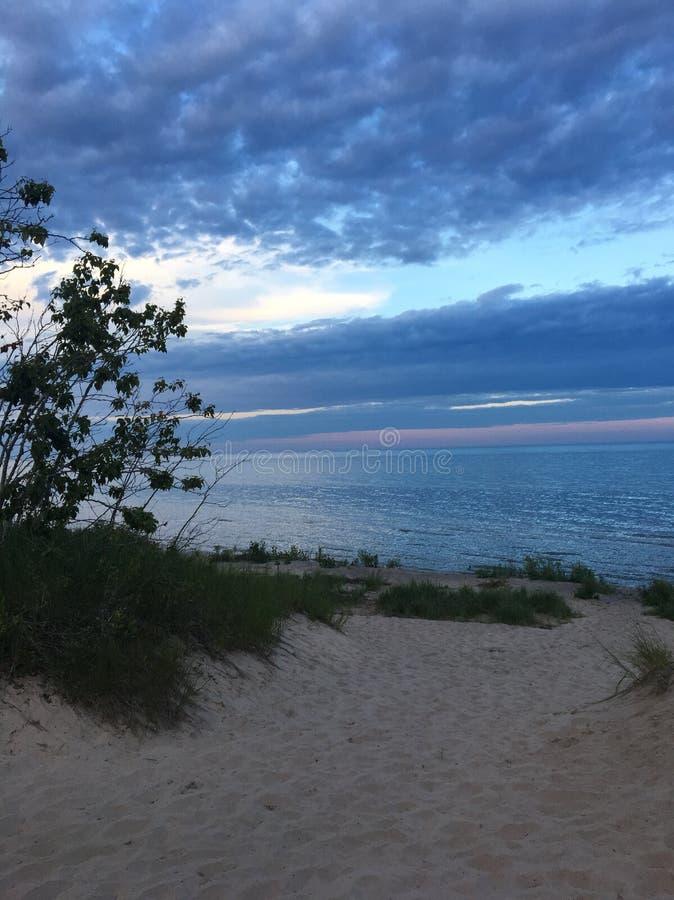 Puesta del sol sobre el lago Michigan imagenes de archivo