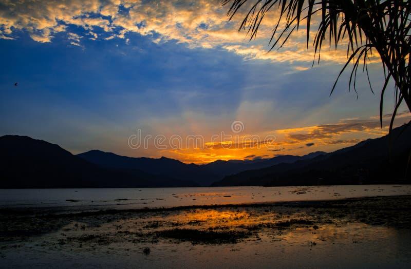 Puesta del sol sobre el lago Phewa, Pokhara, Nepal imagenes de archivo