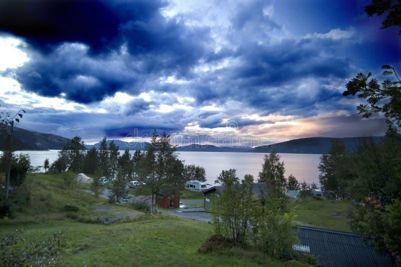 Puesta del sol sobre el lago pintoresco fotografía de archivo libre de regalías