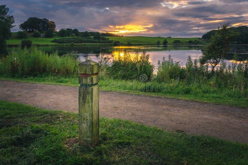 Puesta del sol sobre el lago Talkin el Tarn imagenes de archivo
